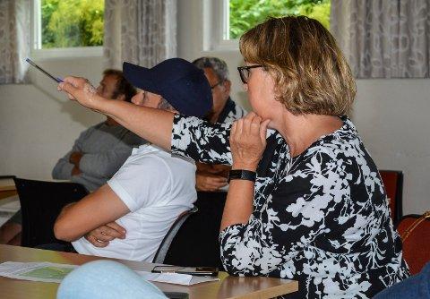 MANGE SPØRSMÅL: Elisabeth Gamkinn i Borgeveien 240 var blant dem som hadde mange spørsmål og innspill etter orienteringen.