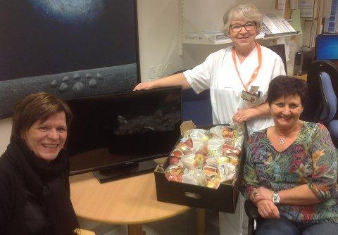 GIVERGLEDE: Torild Lura (til høyre) forteller om stor giverglede i forbindelse med Juleboden. I år ble det samlet inn 21 fjernsyn til Stavanger Universitetssjukehus – det er ny rekord. Fra venstre: samhandlingssjef Sissel Hauge og intensivsykepleier Wenche Bakken.