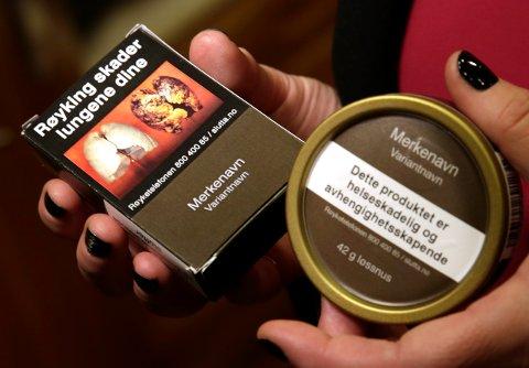 I dag er røyk- og snuspakkene merket med tydelige helseadvarsler. Det samme ønsker KrF nå på alkoholholdige drikker.