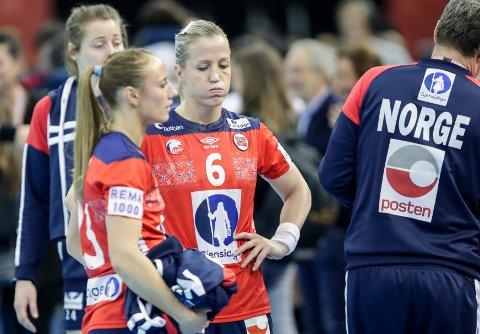Camilla Herrem og Heidi Løke depper etter semifinaletapet mot Spania.  Foto: Vidar Ruud / NTB scanpix