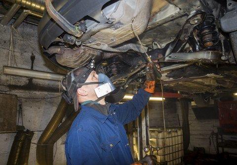 RUSTBEHANDLING: Marius Barisauskas er en av de fire ansatte ved Funderud Antirust i  Eidsberg. Her får kanalene på en Ford en solid omgang med olje.