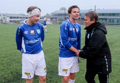 FORNØYD TRENER: Askim-trener John Roger Giltvedt var fornøyd med innsatsen til de to debutantene, Melvin Lystad og Jørgen Bidne.