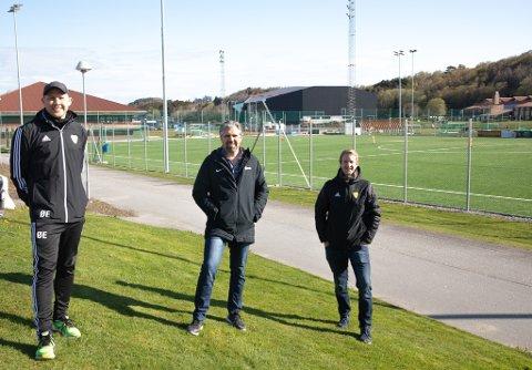 A-lagstrener i Sola FK, Øystein Elvestad, daglig leder Sola FK, Morten Wiik Larsen og kretsleder NFF Rogaland, Helge Jørgensen, er klar for å gjenoppta ordinær aktivitet i fotballen.