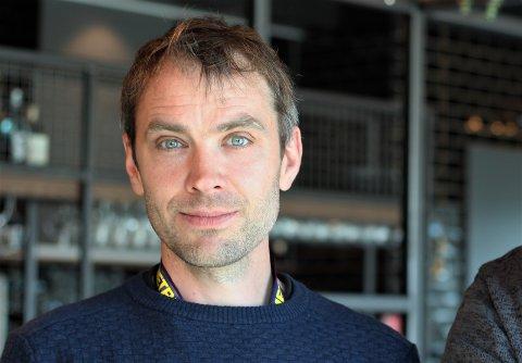 RISTER PÅ HOVUDET: Ole Kristian Kvame hos Meat & Eat på Tau har snakka med fleire som ristar på hovudet av regjeringa sine tiltak med skjenkestopp etter midnatt.