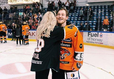 SEIERSKLEMMEN: Her får Christian Kåsastul en god klem av kjæresten Martine Halvorsen etter at NM-gullet var sikret. Foto: Martine Halvorsen blogg