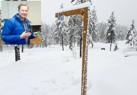 PETTER SMART: Kongsberg Maritime-ingeniøren Petter Arne Mikalsen har laget et apparat som til en hver tid viser snødybde og hvor mange kilo snø det er på hyttetaket.