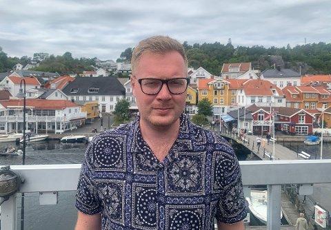 SKEPTISK: Kristoffer Stoa Gundersen ved Stopp en Halv og Jensemann forteller at det gikk greit å stenge serveringen ved midnatt. Han har imidlertid et inntrykk av at flere skulle videre på andre fester.