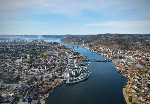 VÅRLIG: Det er vårlig stemning i Grenland sentrum onsdag. Foto: Theo Aasland Valen.