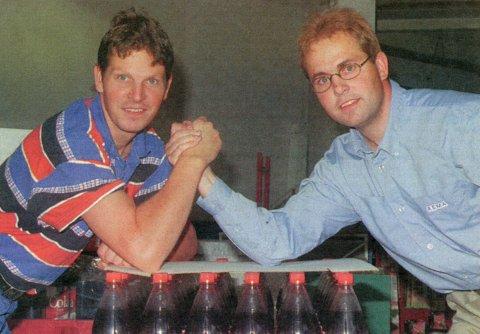 KAMP: Brødrene Harald (til høyre) og Jan Tore Randbye skal måle muskler i kampen om kundene som Rema-sjef på Tuven og Rimi-sjef i byen.