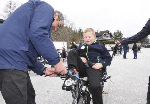 KLAR FOR TUR: Max Dyrseth Sandøy får hjelp av Finn Hoff fra Quality Care til å feste skoene i pedalene.