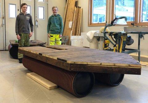 FLÅTEBYGGERE: Lars Holte og Ole Moe Stensønes er som elever ved Surnadal ungdomsskule med på prosjektet SKILLS i samarbeid med Surnadal vidaregåande skole og Pipelife Norge. De har bygget denne flåten som en del av prosjektet.