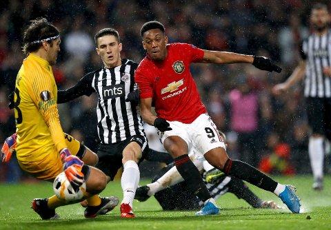 Anthony Martial sto for høydepunktet med et fenomenalt solomål da Manchester United slo Partizan Beograd 3-0 og sikret plass i europaligaens cupspill.