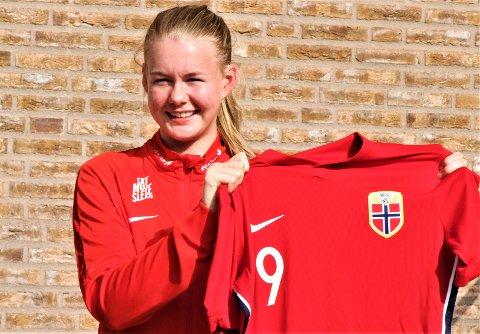 Karna Solskjær har de siste ukene trent med U19-landslaget. Mandag kan hun få sin debut med flagget på brystet.