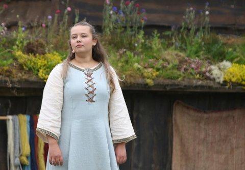 Monica Aure fra Smøla spiller rollen som Gjertrud i årets oppsetninger av Gurispelet. For ti år siden hadde hun rollen som barne-Gjertrud.