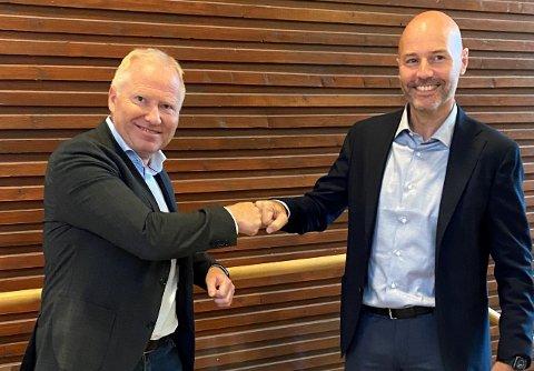 Knut Nesse fra AKVA Group (til venstre) og Victor Jensen fra Abyss Group i forbindelse med signering av avtalen under Aqua Nor i Trondheim.