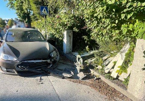 Det ble store skader på bilen etter ulykken i Langveien. Føreren ble tatt hånd om av helsepersonell og ble sendt til sykehus.
