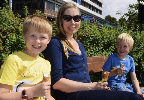 INGEN FEST: – Barn bør ikke være med på festen. Grensen er nådd når den voksne endrer atferd, mener Beate Askjer fra Revetal, her med sønnene Mons og Rasmus.