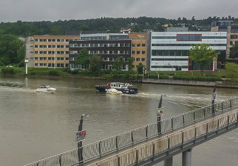 FJERNER: Havnevesenet fjerner båter som ikke har tilknytning til Færderseilasen. Denne ble fredag ettermiddag tjoret til havnevesenets arbeidsbåt og slept ut fjorden.
