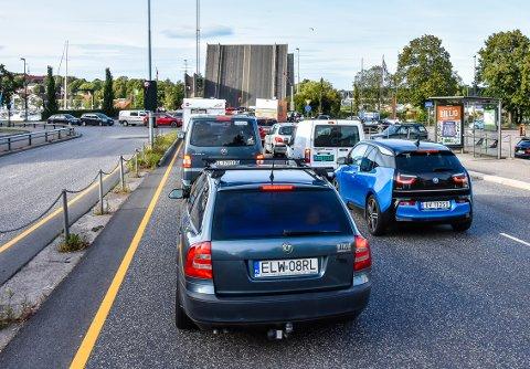 TRAFIKK: Over Kanalbrua passerer det rundt 36.000 biler daglig (ÅDT). Tallet inneholder trafikk som går i begge retninger. Artikkelforfatteren er opptatt av at en ny bruløsning må ligge så langt unna den gamle brua at en uønsket hendelse ikke rammer begge.