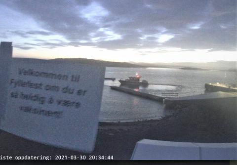 MYE MØYE: Noen har tatt seg bryet med å lage en plakat, frakte den til Østre Bolærne, og så sette den opp foran webkameraet ved Østre havn.