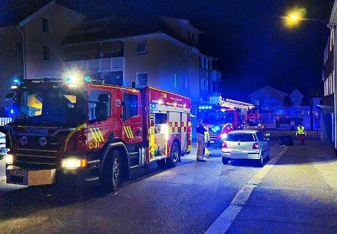 BRANN: Forbipasserende skal ha meldt at det kom hvit røyk ut av et vindu i bygget, opplyser Vestfold interkommunale brannvesen.