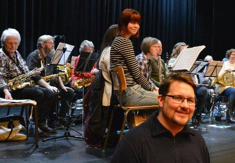 ØVER: Raufoss musikkorps og Skreiens musikkforening øver til lørdagens konsert. Ståle Lønne Engen er glad for at de har fått med Øyvind «Elg» Elgenes på laget.