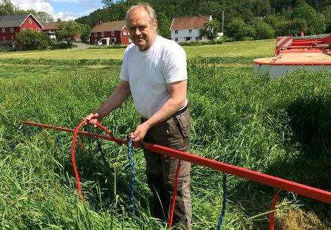 Erling Lilleholt med installasjonen han har på slåmaskinen, for å skåne rådyr.