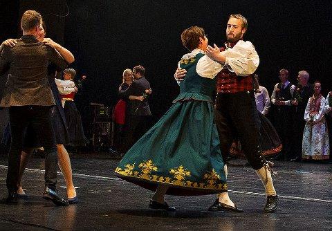 Svinga seg i operaen: Sivert Holmen i valdresbunad svingar seg med stortingspresident Tone W. Trøen.