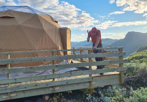 MYKJE ARBEID: Arctic Dome Valdres, eit domeforma telt ved Jonskør i Vang, vart stor suksess. No set brørne Øyvind og Åsmund Ekerbakke Stende opp nok ei dome for å møte etterspurnaden.