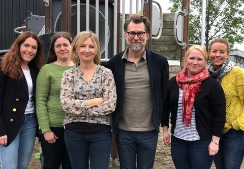COS-SKOLE: Her er prosjektgruppa på Ulverud samlet. Fra venstre: Mette Engeseth (inspektør), Marte Nilsen (spes. ped.koordinator, tilknytningspsykologene Ida Brandtzæg og Stig Torsteinson, Cathrine Haram (sosiallærer) og Marit Næss Westberg (inspektør).