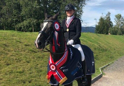 DRESSURMESTER:Stine Skillebekk og hesten Calique etter at norgesmestertittelen var et faktum lørdag.