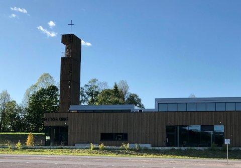 KLINGNOKLOKKA:En nabo til Rotnes kirke liker klokkeklang, forteller hun, men ikke i en hel time.