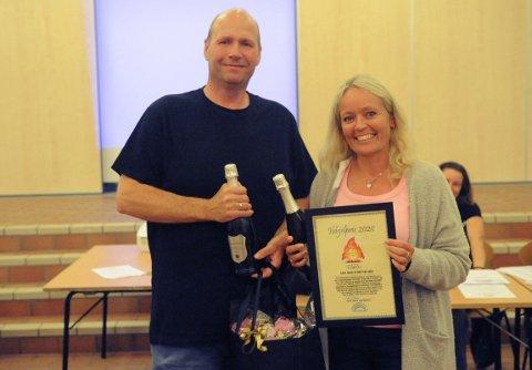 FELLES HEDER: De er ett team, Odd Erik og Anne Marit Aulie, derfor var det helt naturlig at de fikk felles diplom som viste at de fikk ildsjelpris i Hakadal IL i 2020.