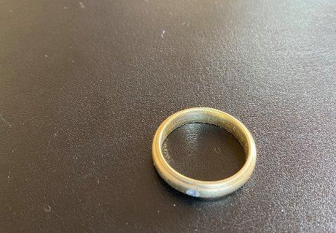 LETER ETTER EIER: Elin Daviknes håper å kunne levere ringen hun fant tilbake.