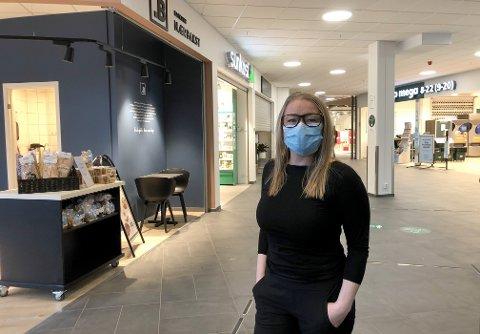 HAR KONTROLL:Med sentervekter og tellersystem holder Lene Eriksen ved Mosenteret oversikt over antall besøkende. Til tross for at kjøpesentrene i Oslo fortsatt er stengt, mener hun at de har god kontroll.