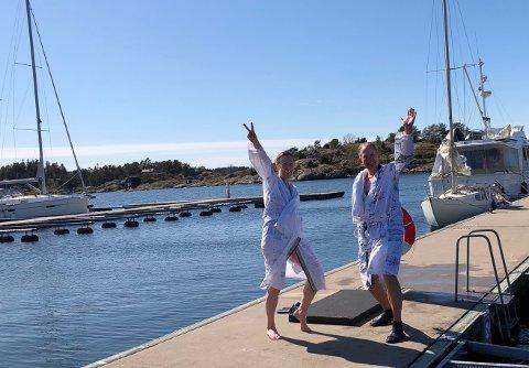 HOPPET I DET: Hotelldirektør Petter Wilhlemsen og markedssjef Ann Jeanette Myrland hoppet i havet utenfor spahotellet i Son fredag ettermiddag. For en god sak.