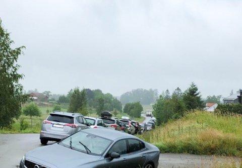 KAOS: Dette er veien ned til eneboligene som er en del av Åsveien velforening. Ifølge lederen blir det ofte kaos når mange kunder besøker outleten samtidig - slik som i sommer.