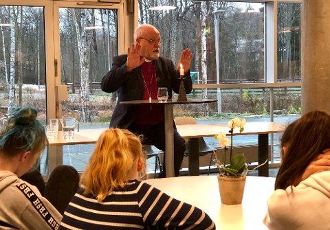 Før spørsmålsøkten fikk elevene vite at Borg bispedømme strekker seg fra Svinesund til Mjøsa. Det består av hele Østfold og Akershus, minus Asker og Bærum. Og at biskop er en gammel tittel som betyr «å se til».