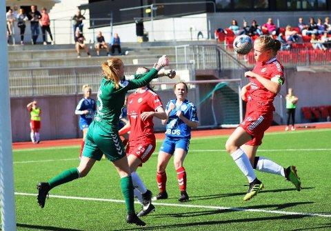 BRUKTE HODET: DFI-damenes kaptein Helene Randem Lunde bruker hodet godt både på fotballbanen og skolen. Nå er hun tildelt den prestisjetunge Holbergprisen for et skoleprosjekt.