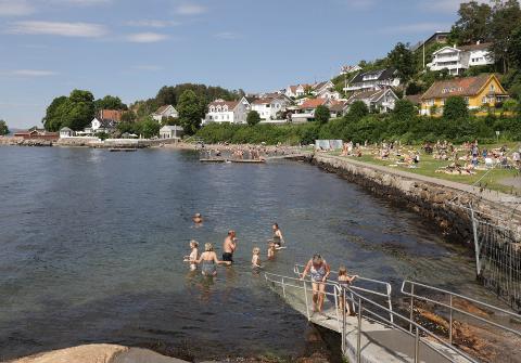 BADEVÆR: Mange benytter muligheten til å ta et bad i disse dager. Her fra Drøbak og Parrstranda.