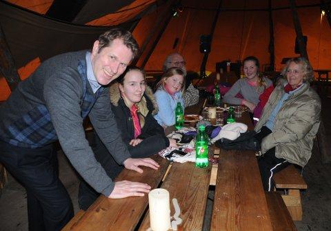 Trond Ola Hektoen (t.v.) er sikker på at turistene kommer til å storkose seg og skape god stemning i den nye store lavvoen ved skitrekket på Savalen.
