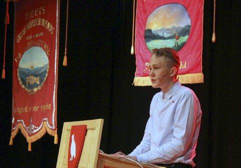 TALTE I HOVET: Oskar Tørres Lindstad talte til ålbyggene i Hovet. Foto: Henning Smedås