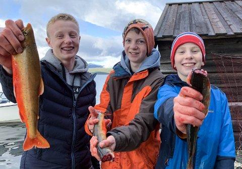 GLADE FISKERE: (f.v) 9.trinns-elevenePawel Saluter, Øystein Lislien og Kristian Bjerknes ved Tynset ungdomsskole var 3 av 16 elever som sørget for fisk til skolens årlige gjestebud