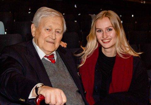 IMPONERT: Fiolinist Hans Jørgen Lønne fra Oslo med 60 års erfaring fra filharmonisk selskapsorkestre var imponert over den utrolig høye kvaliteten nyttårskonserten hadde. Dette var profesjonelle amatører, sa han, her sammen med barnebarnet Åsne Lønne fra Drøbak.