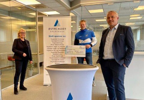 PENGEGAVE: Banksjef Nina Holte (t.v.) og markedssjef Jan Birger Stebekk (t.h.) kunne gi Ånon Ausland fra Gjerstad IL en fin sjekk.