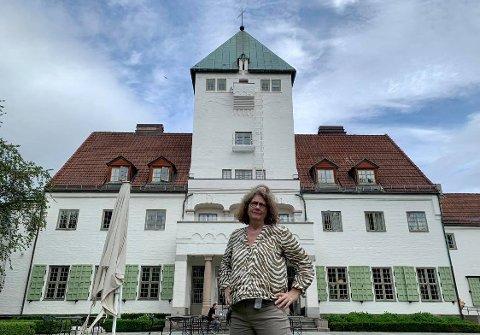RUVER: Villa grande ruver i høyden bak leder Guri Hjeltnes ved Senter for studier av Holocaust og livssynsminoriteter.