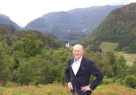 Dagleg leiar Knut Frode Eide på Luren med produksjonsområda Skogseidvatnet og Hardangerfjorden i bakgrunnen.