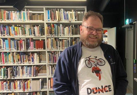 Bibliotekar Thomas Brevik er godt nøgd med det nye lokalet til Strilabiblioteket i Knarvik. – Vi kjøper inn nye bøker kvar dag og har ei eiga hylle med dei nyaste bøkene, seier han.