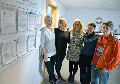 Nordland::Noen av Nordlandsforsknings ansatte ved instituttets «skrytevegg» over publiserte artikler, men publisering er ikke det avgjørende for nordlandssamfunnet. Arkivfoto