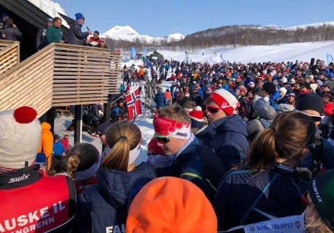 Løperne ble hyllet av et folkehav av løpere og publikum etter ski- og folkefesten i Sulitjelma